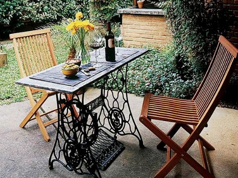 старая швейная машинка и стол для сада