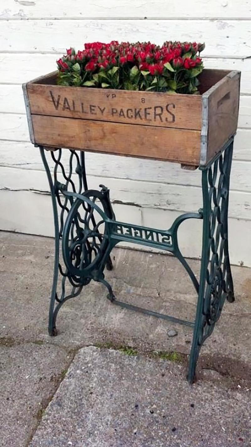 клумба из старой швейной машинки
